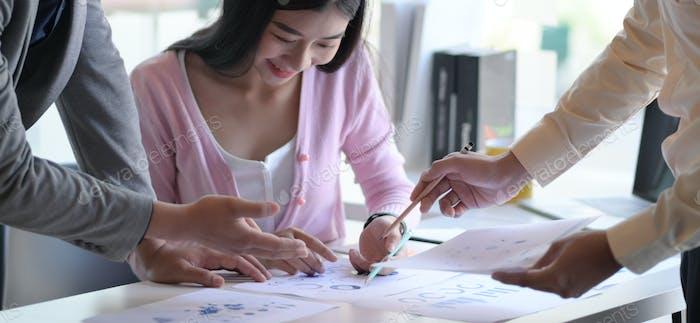 Das Marketing-Team analysiert die zukünftige Marktsituation, um den nächsten Schritt zu planen.