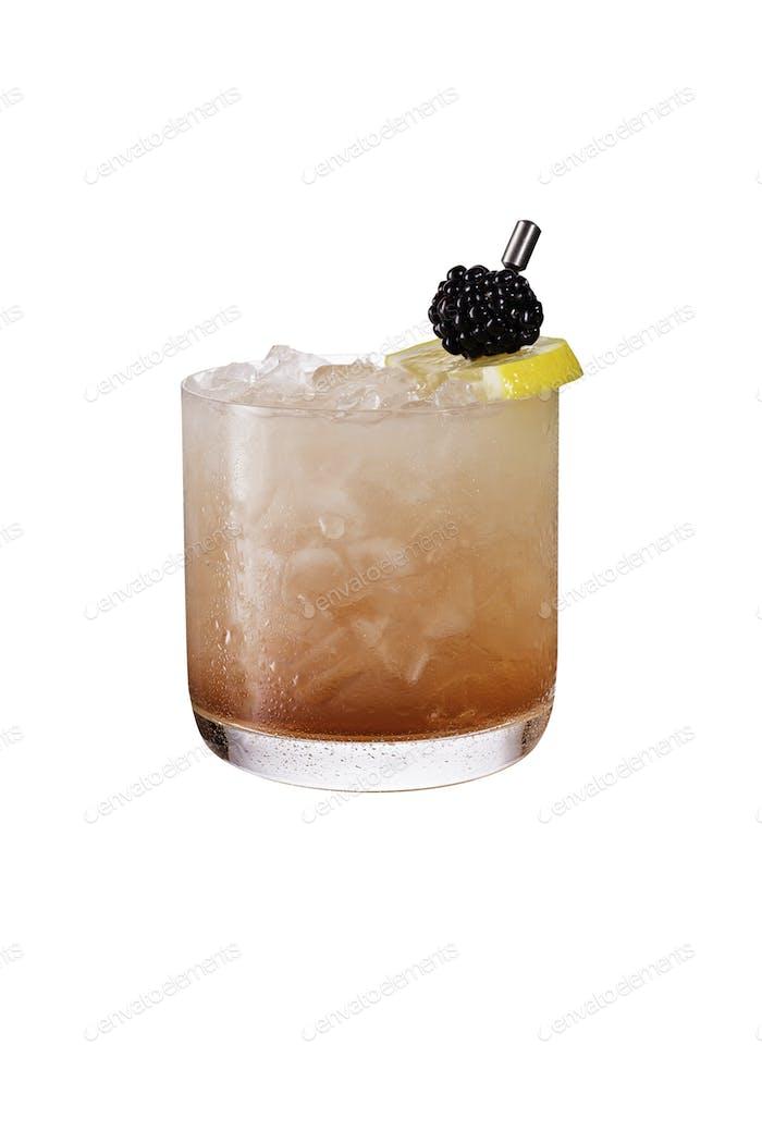 Erfrischende Blackberry Gin Brombeere auf Weiß