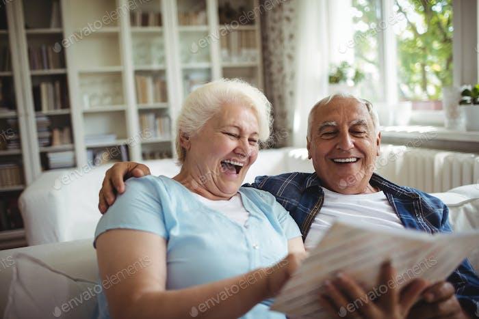 Seniorenpaar Blick auf ein Fotoalbum
