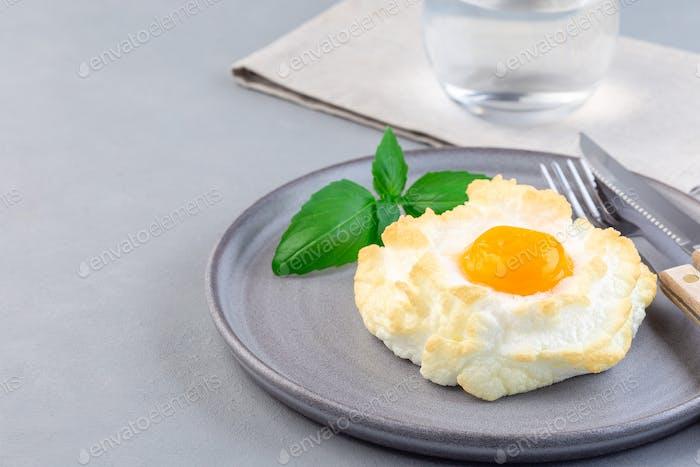 Ofen gebackene Wolke oder flauschige Eierschale auf grauen Teller, horizontal, Kopierraum