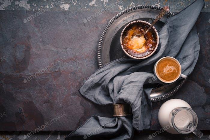 Katalanische Creme mit Tasse Kaffee auf dem Steinhintergrund Draufsicht