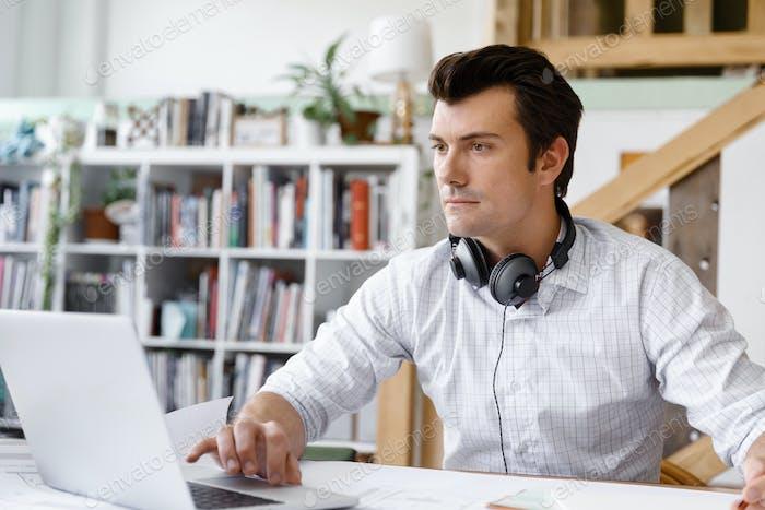 Joven Empresario en la oficina