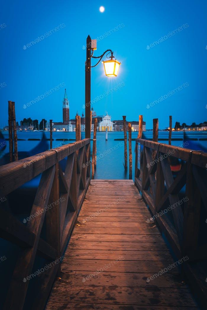Bunte Landschaft mit hölzernen Pier