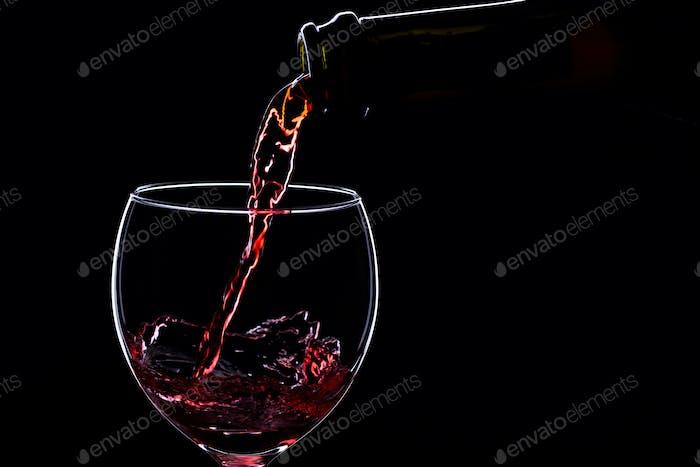 Weingläser mit Weinflasche auf schwarzem Hintergrund, Minimalismus, Silhouette