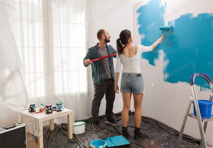 Wandmalerei mit Walzenpinsel