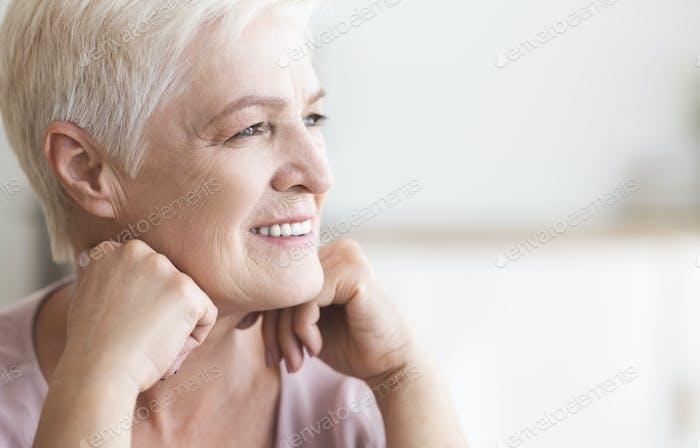 Nahaufnahme der schönen Senior Dame Blick beiseite