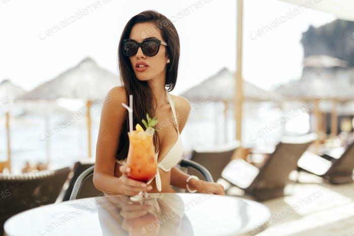 Verführerische Frau trinken Cocktail