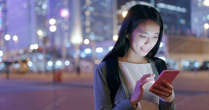 Frau Blick auf Handy