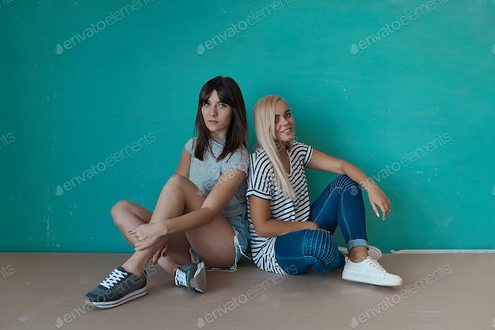 zwei hipster Mädchen posieren in studio