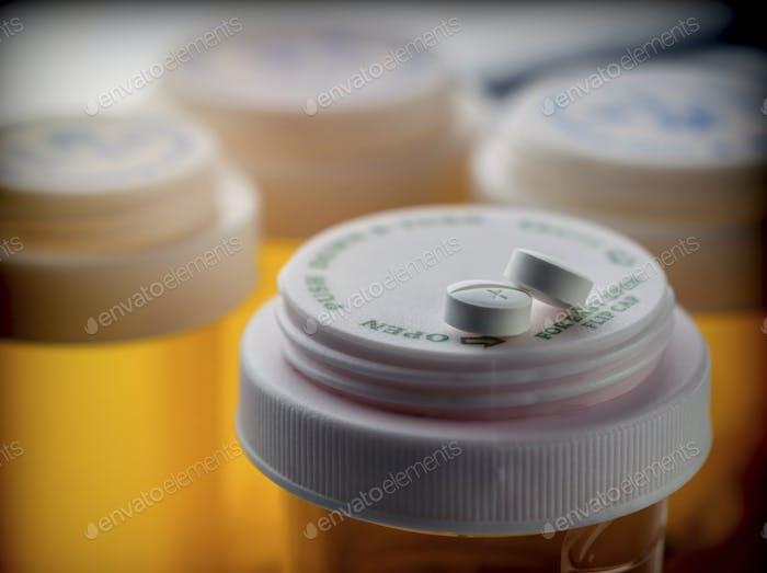 Zwei weiße Pillen auf einem Boot von Medikamenten aus Kunststoff Farbe Bernstein, konzeptionelles Bild
