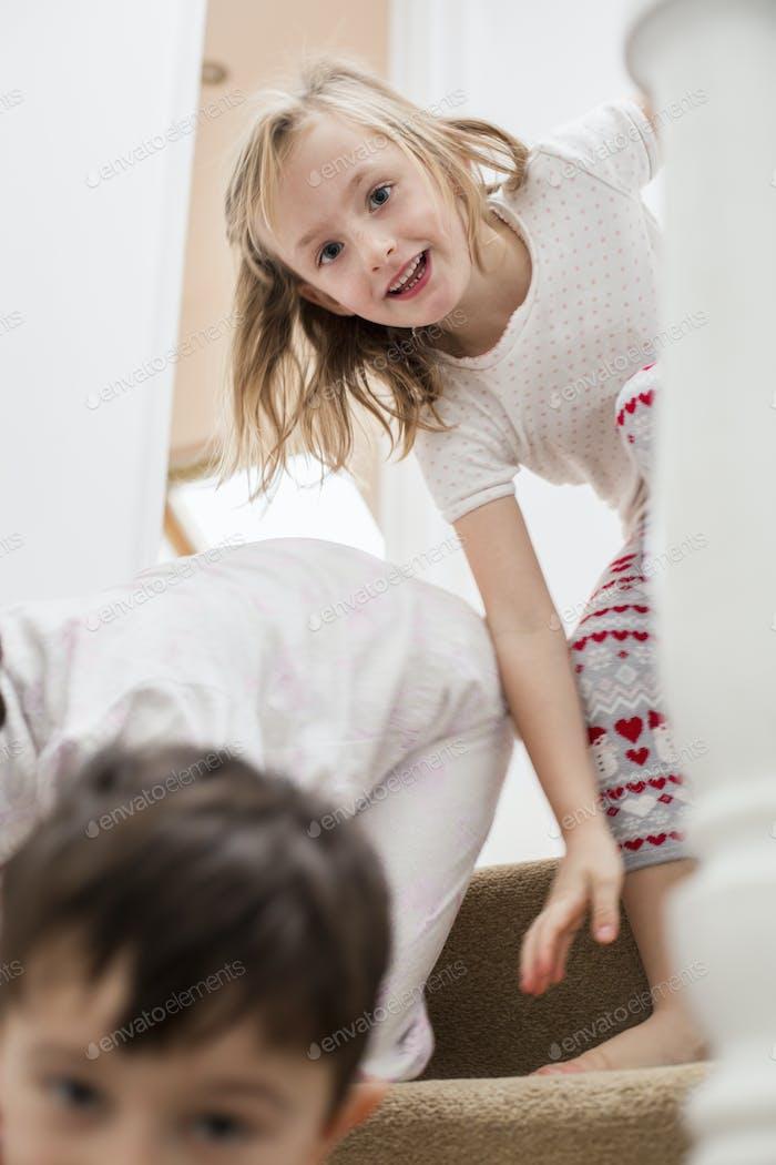 Dos niños jugando en las escaleras.