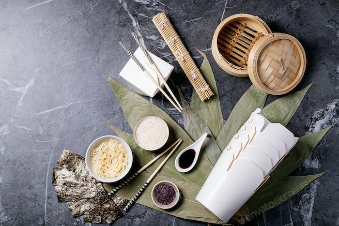 Nudeln und Reis auf Bambusblättern