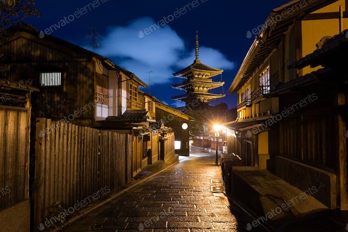 Orientalische Straßen in Kyoto bei Nacht