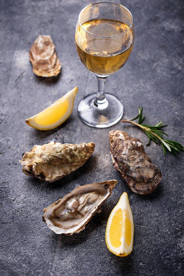 Frische Austern mit Zitrone und Weißwein