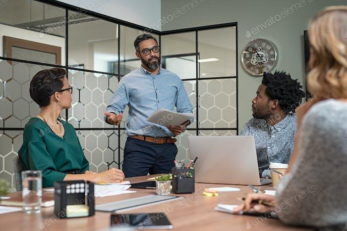 человек давая презентация в зал заседаний