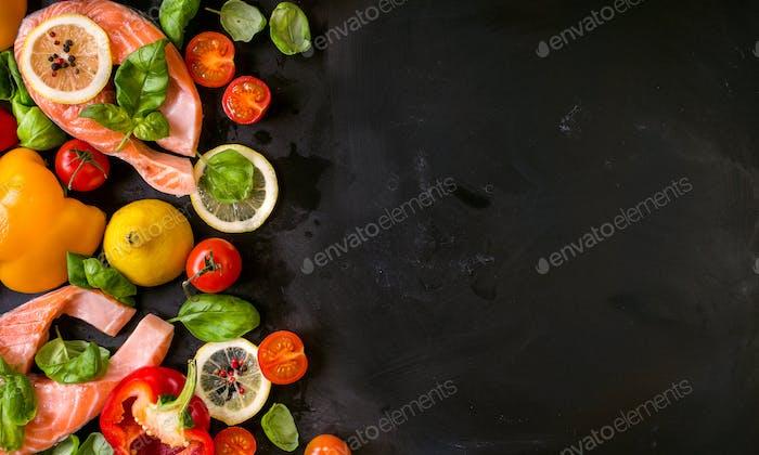 Rohe Lachssteaks und frische Zutaten zum Kochen.  Rahmen