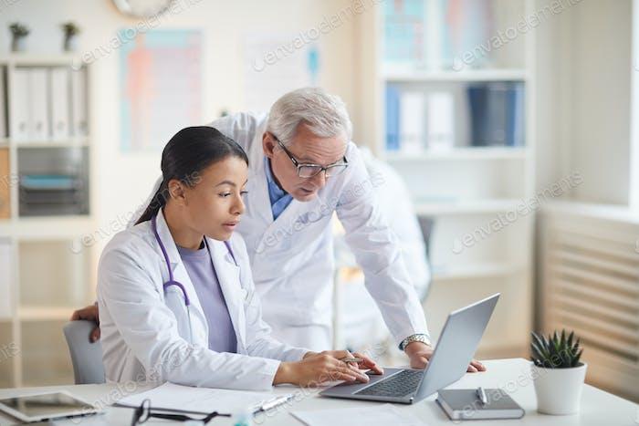 Ärzte arbeiten im Team