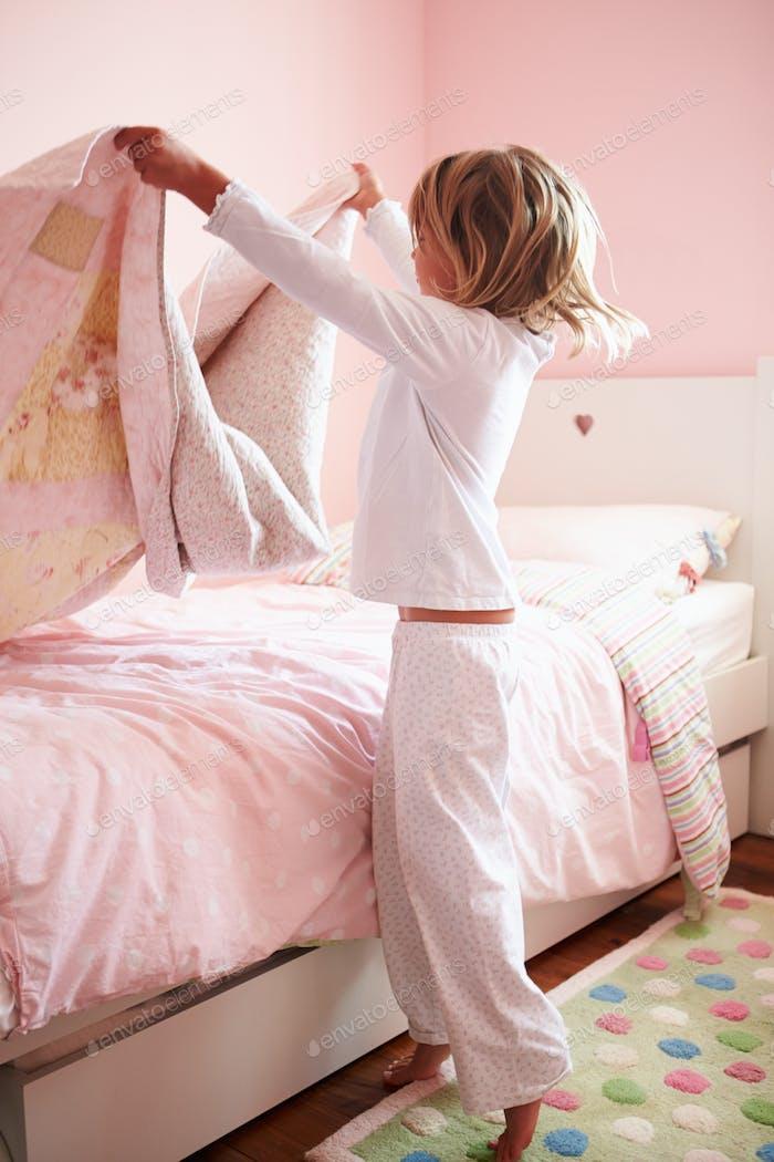 junge Mädchen machen Ihr Bett