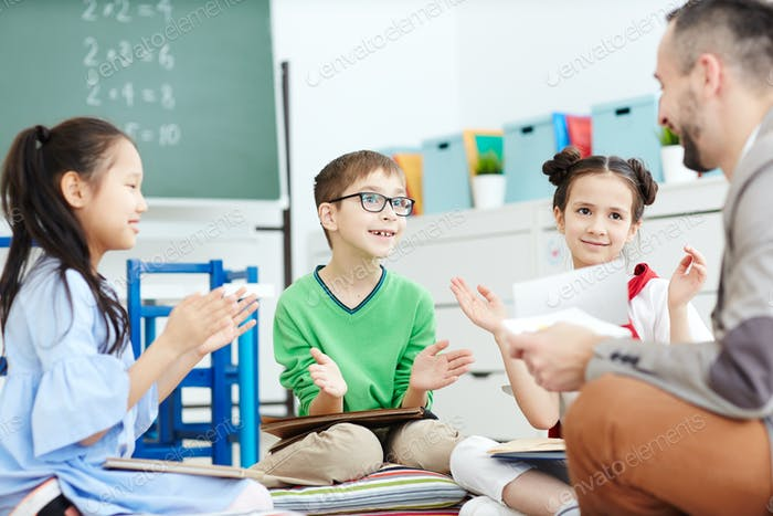 Kids clapping hands
