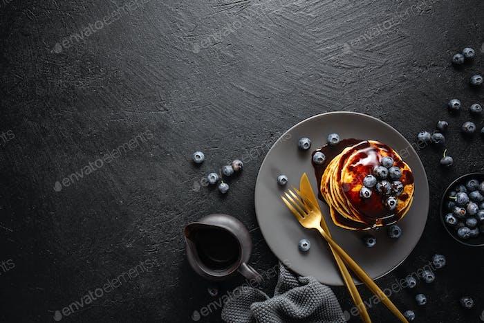 Leckere hausgemachte Pfannkuchen mit Sauce und Beeren