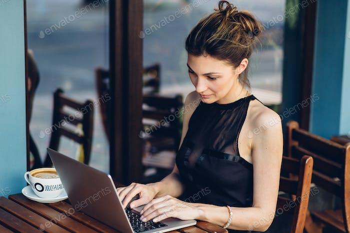 Attraktive Geschäftsfrau arbeitet an seinem Laptop