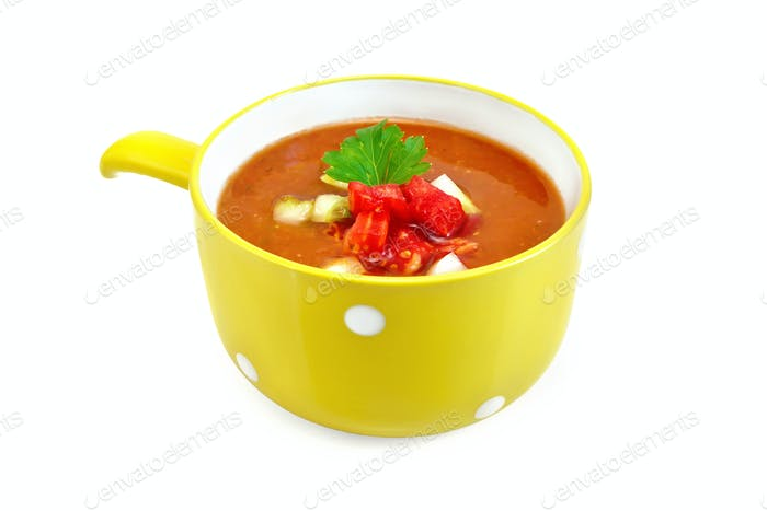 Suppe Tomate mit Petersilie in gelber Schüssel