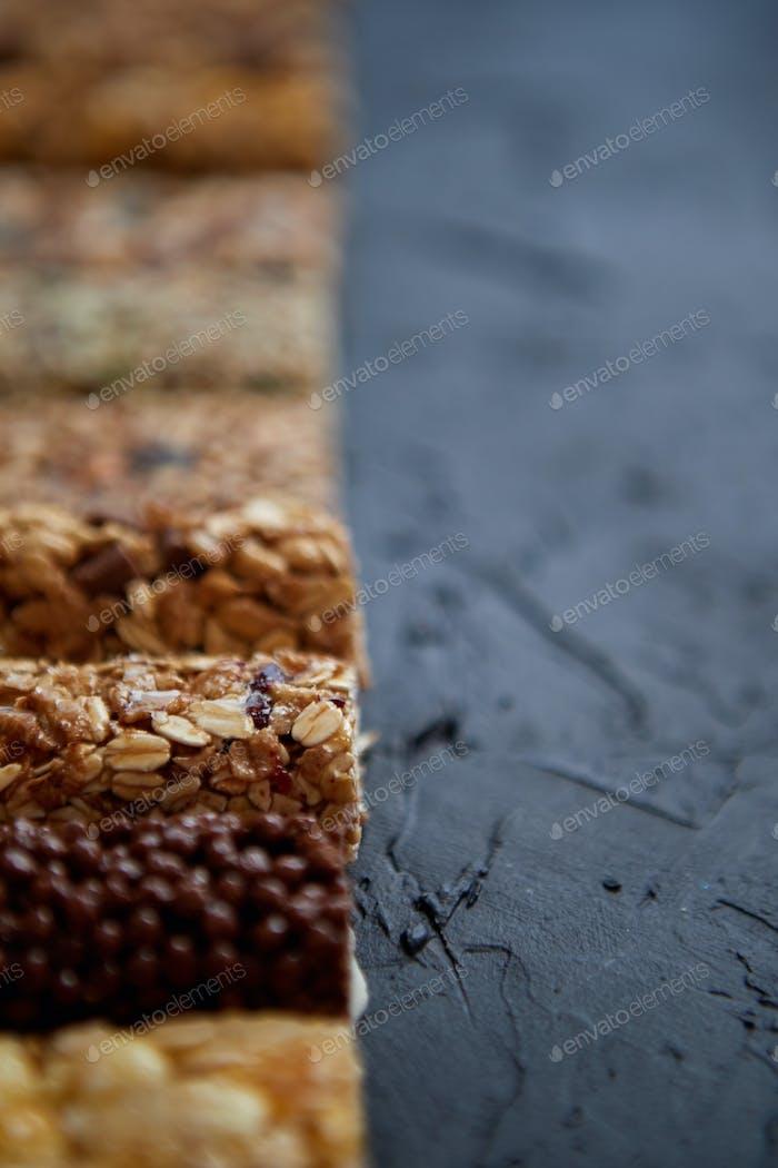 Reihe von gemischten glutenfreien Müsli Getreide-Energieriegel. Mit getrockneten Früchten und Nüssen