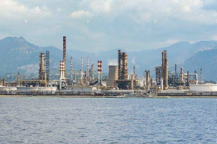 Industriegebiet in Milazzo Stadt auf Sizilien