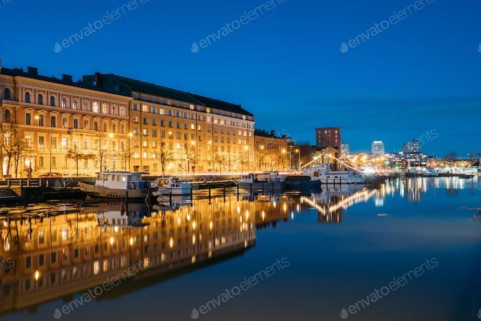 Helsinki, Finnland. blick auf pier mit booten und pohjoisranta stre