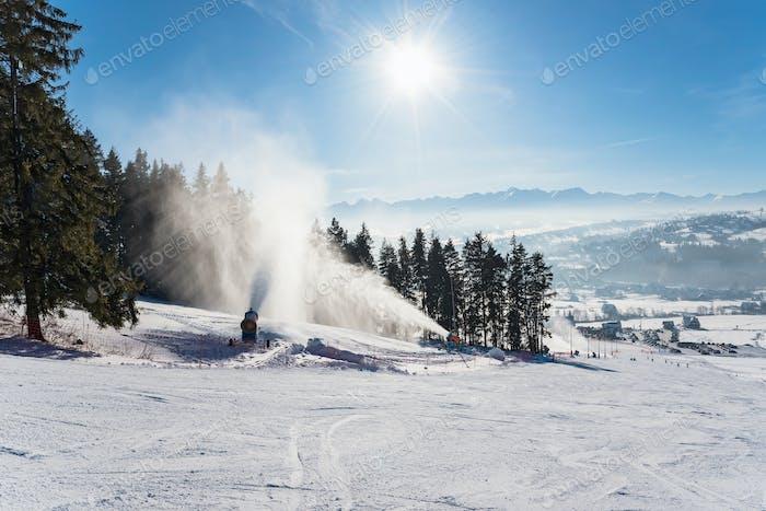 Schneeproduktion auf einer Skipiste