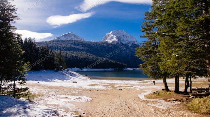 Winterberge und Schneesee