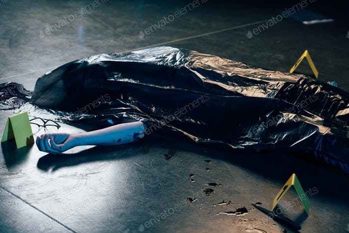 cadáver cubierto con gafas en el suelo en la escena del crimen