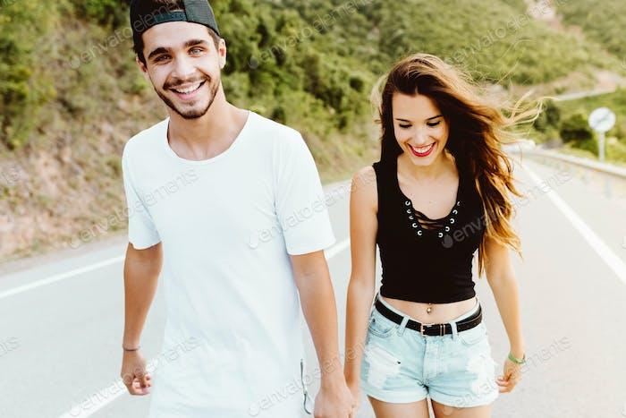 Schönes junges Paar, das die Natur auf dem Berg genießt.