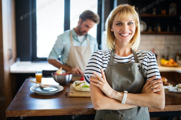 Porträt des glücklichen jungen Paares Kochen zusammen in der Küche zu Hause