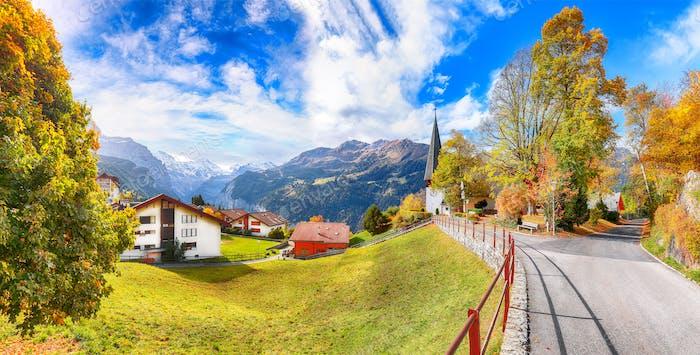 Erstaunliche Herbstansicht des malerischen Bergdorfes Wengen.