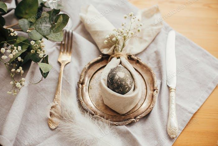 Stilvolle Osterbrunch Tischdekoration mit Ei in Osterhase Serviette