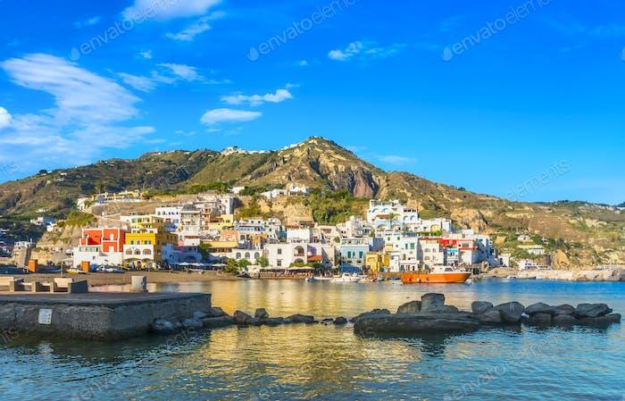 Pueblo de Sant Angelo, playa y rocas en la isla de Isquia. Campania, Italia.