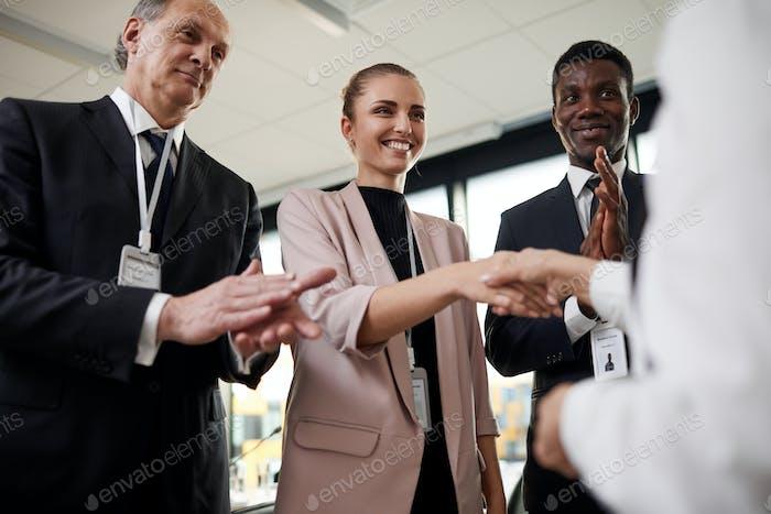 La gente aplaude a su pareja