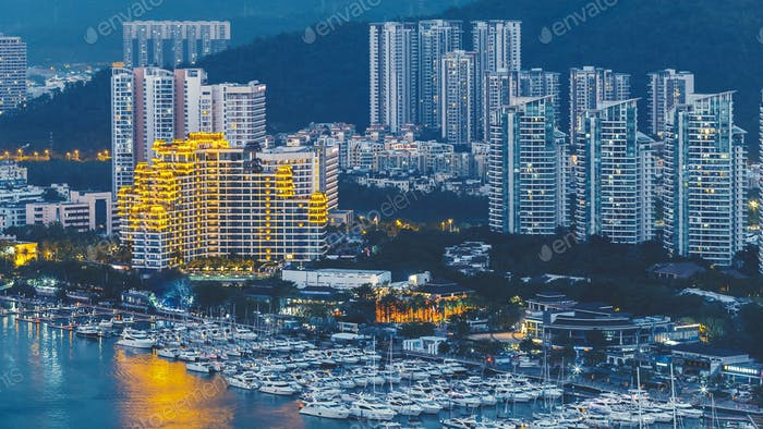 Haikou Stadt mit hohen modernen Gebäuden am Ufer des Flusses Nandu