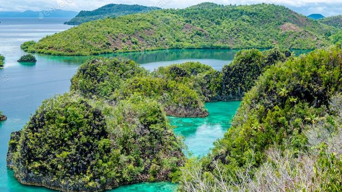 Felseninseln in Peanemo, Raja Ampat, Westpapua, Indonesien