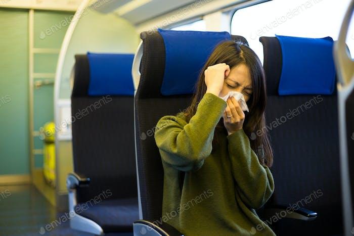 Frau fühlt sich unwohl im Zugfach
