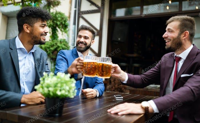 Menschen, Männer, Freizeit, Freundschaft und Feiern Konzept