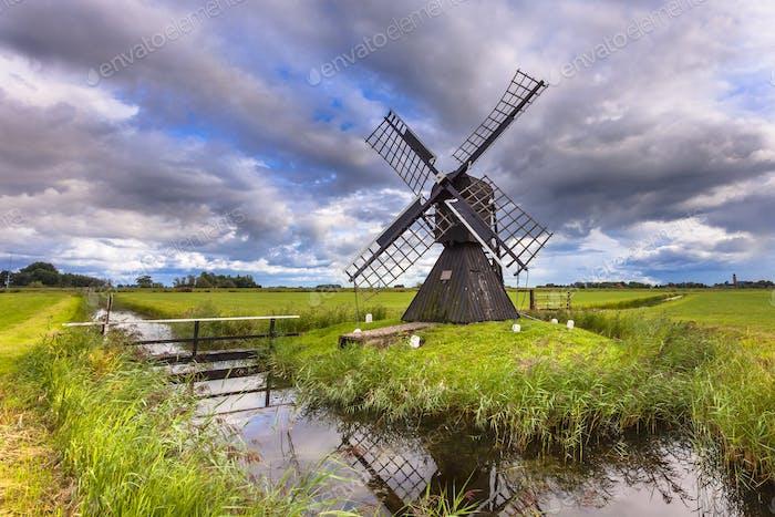 Molino de viento de madera histórico