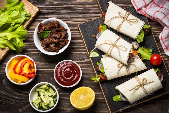 Burritos Tortilla wickelt mit Rindfleisch und Gemüse Draufsicht.