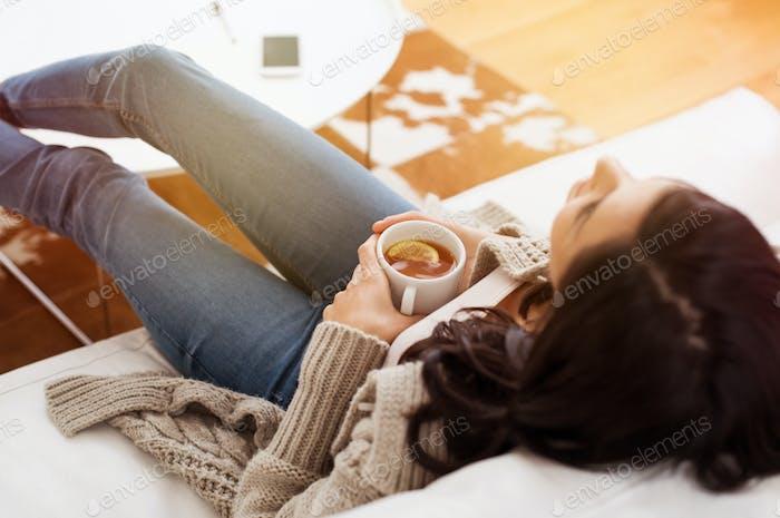 Frau entspannt zu Hause