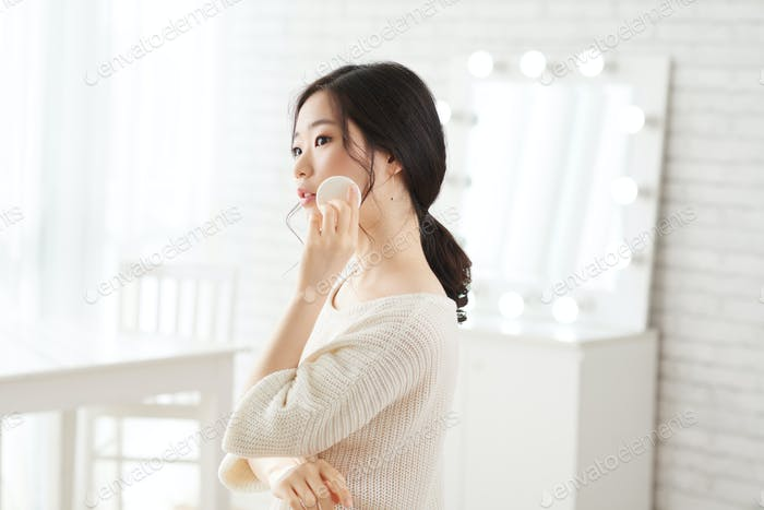 Applying face powder