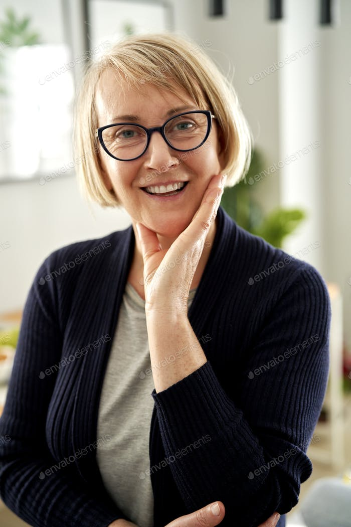 Portrait of mature woman in eyeglasses