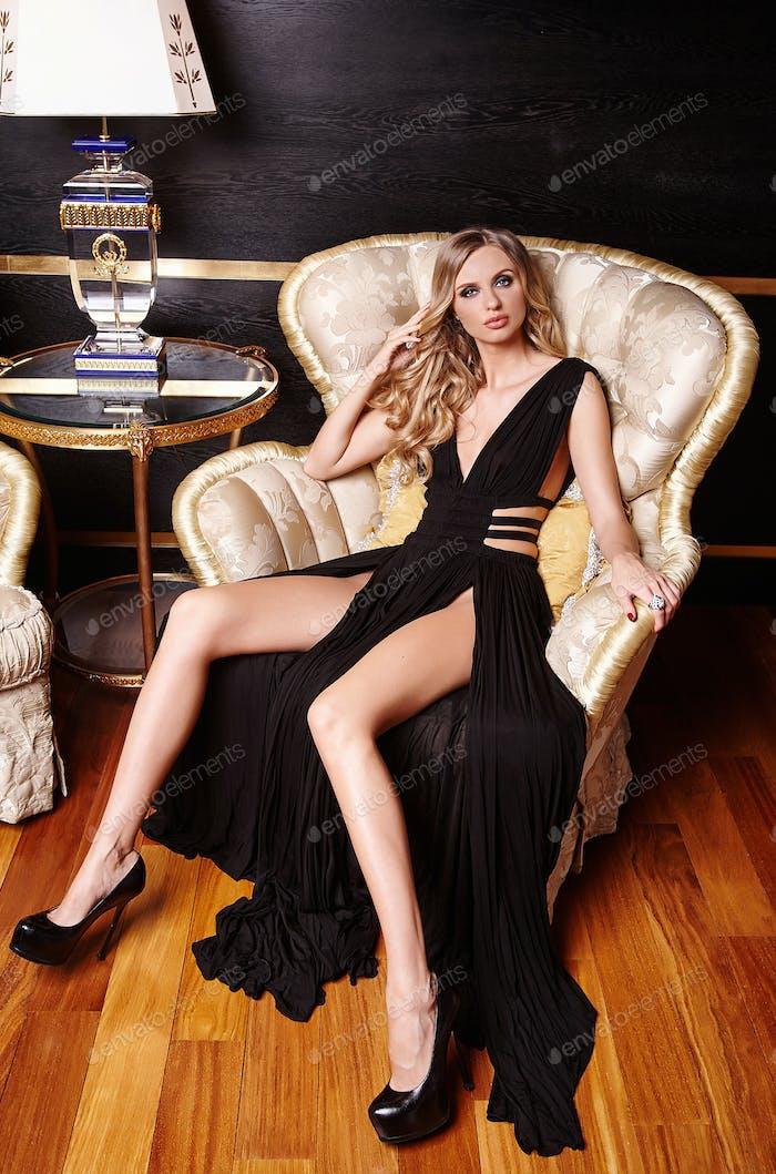 Luxus blonde Frau in einem schwarzen Kleid.