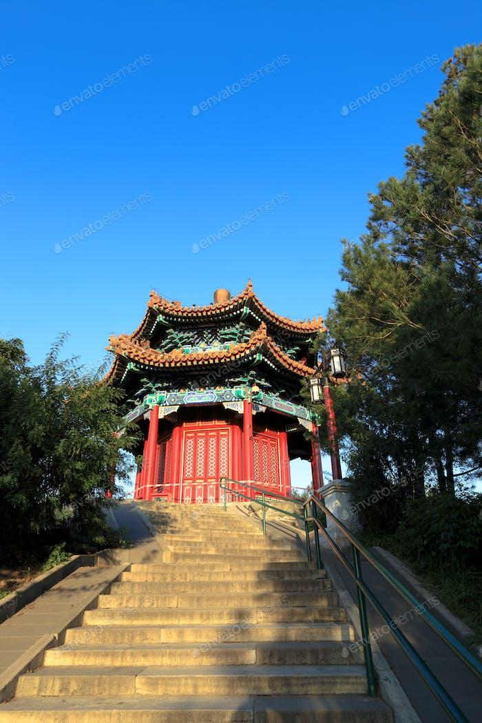 traditioneller roter Pavillon