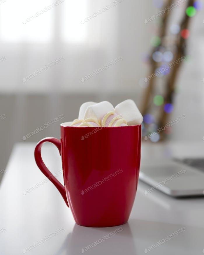 Red Cup mit heißer Schokolade voller Marshmallows